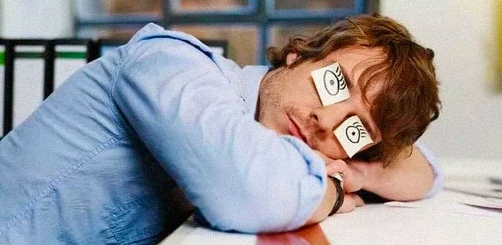 Спящий человек с нарисованными глазами